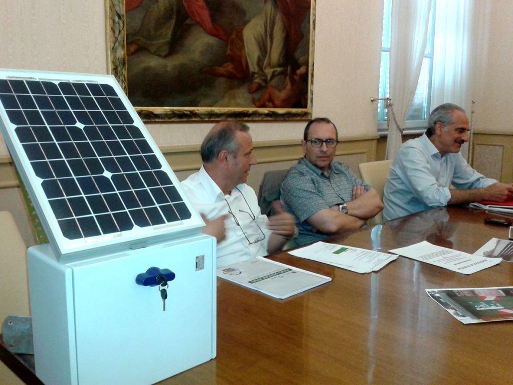 Il direttore del Cosmari Giuseppe Giampaoli con il sindaco Corvatta e l'assessore all'ambiente Silenzi insieme con la nuova telecamera per rifiuti