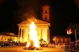 Il falò di fronte la Basilica di San Venanzio