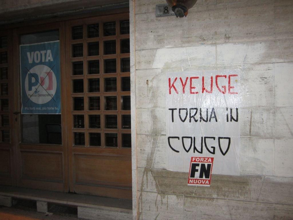 Il manifesto contro il Ministro Kyenge davanti alla sede del Pd di Macerata