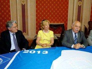 Al centro il sindaco di Porto Recanati Rosalba Ubaldi con la Bandiera Blu 2013