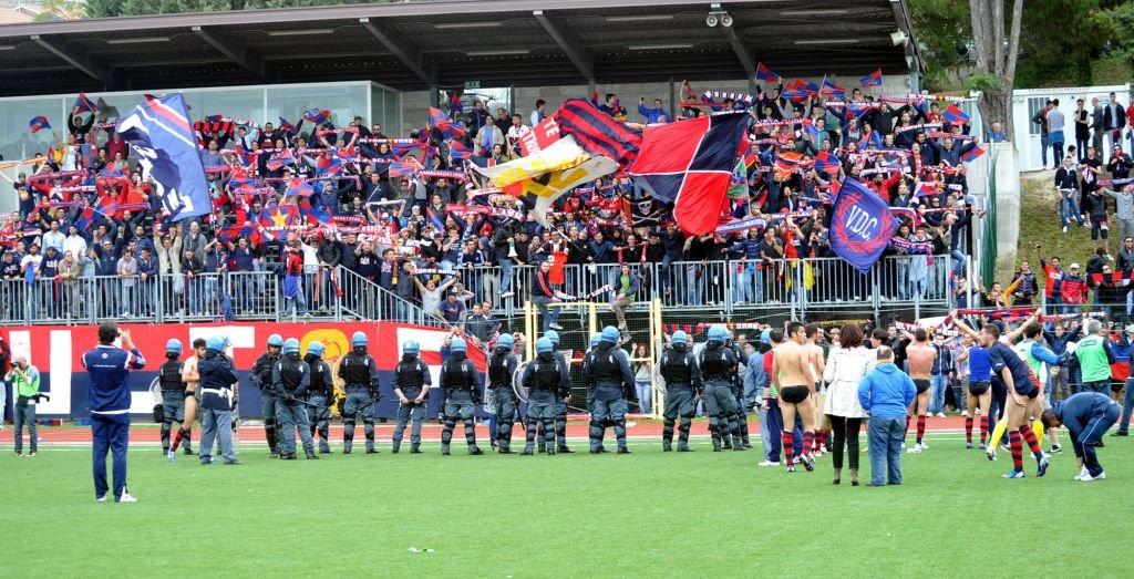 La polizia schierata davanti alle centinaia di tifosi rossoblù giunti al Tubaldi