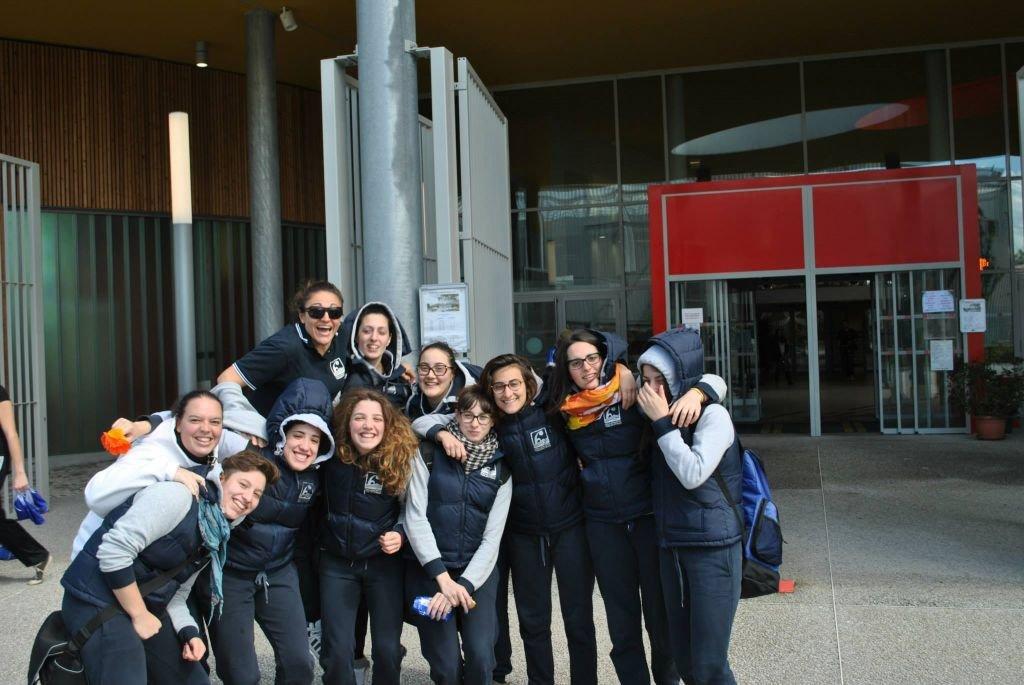La squadra davanti alla piscina Alex Jany a Tolosa