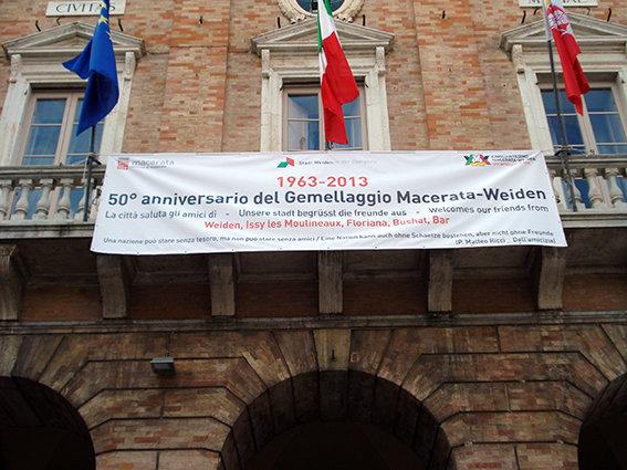 Lo striscione esposto sul balcone del Comune di Macerata