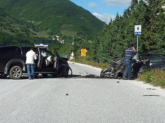 La scena dell'incidente. Sulla destra l'auto con a bordo il sindaco Gentilucci (Foto Simone Gatto)