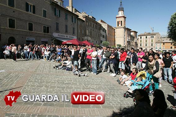 TORNATO L'ENTUSIASMO - Tantissimi tifosi biancorossi si sono radunati ieri pomeriggio in piazza Mazzini per vedere la partita di Matera, giocata a porte chiuse
