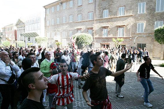 Anche il sindaco Carancini tra i tifosi in piazza Mazzini