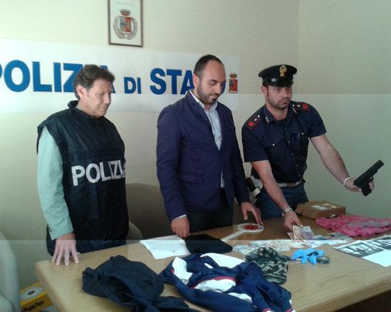 Il commissario Roberto Malvestuto insieme con due agenti