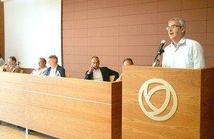 l'intervento del sindaco di Macerata Romano Carancini  durante un'assemblea del Cosmari