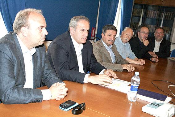 L'assessore provinciale al bilancio, Giorgio Palombini, insieme ad alcuni dei sindaci presenti in Prefettura