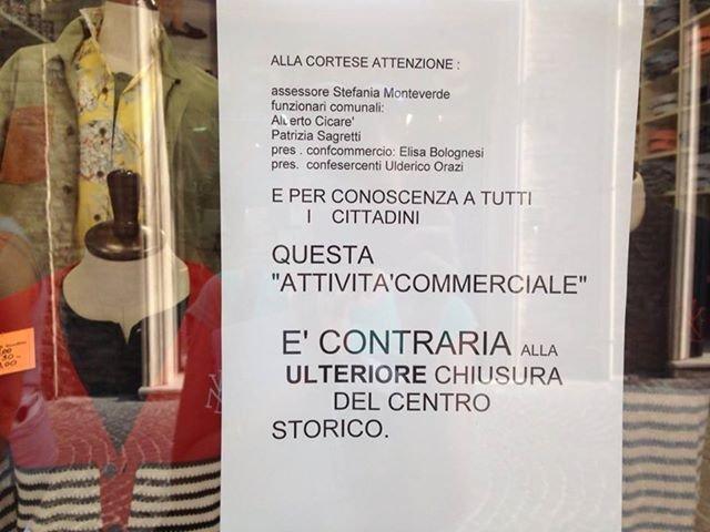 Il cartello affisso sulle vetrine dei commercianti di Corso Matteotti