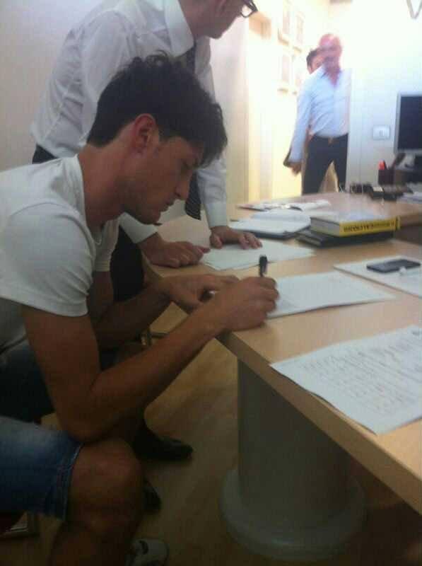 Federico Melchiorri mentre firma il contratto che lo lega per due stagioni al Padova