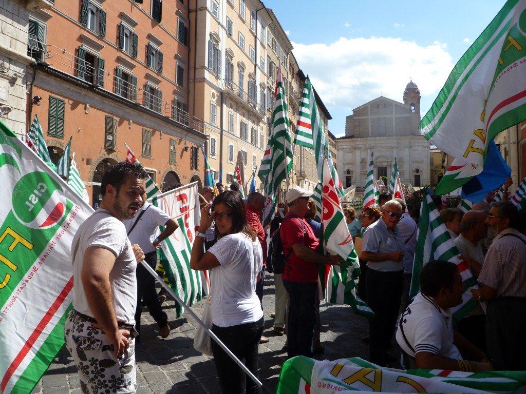 Lavoratori della Cisl in Piazza del Papa ad Ancona. (Fonte cislmarche.it)
