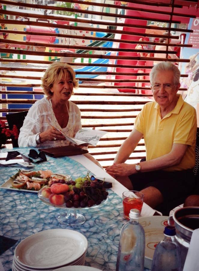 IN SPIAGGIA A PORTO RECANATI - Il sindaco Rosalba Ubaldi con l'ex premier Mario Monti