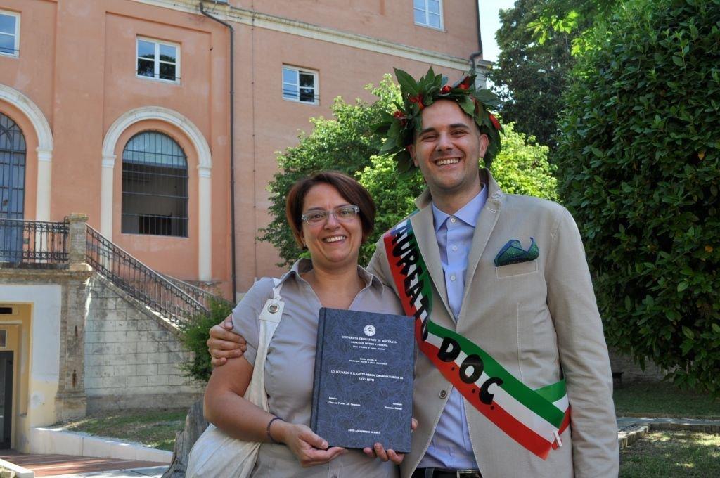 La collezionista dei volumi bettiani Donatella Pazzelli ed il laureato dottor Francesco Micozzi con la tesi di laurea dedicata a Betti