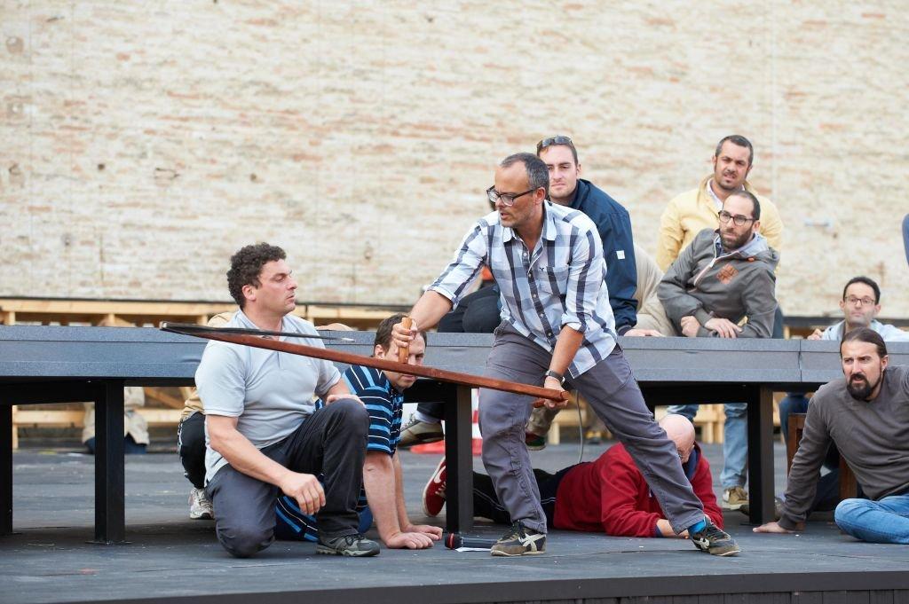 Il regista messicano Francesco Negrin sul palco dello Sferisterio durante le prove de Il Trovatore