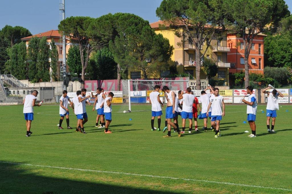 I giocatori del Tolentino durante un recente allenamento