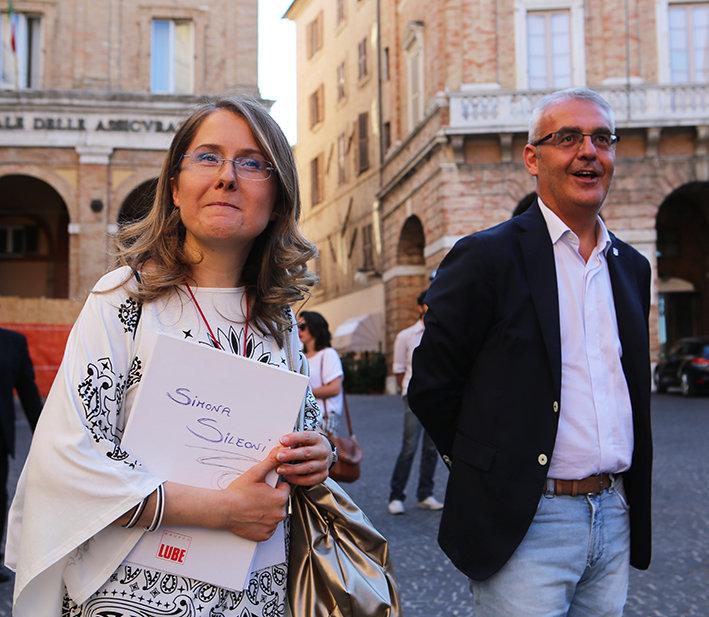La presidente della Lube Simona Sileoni e il sindaco di Macerata Romano Carancini durante un incontro estivo al Lauro Rossi