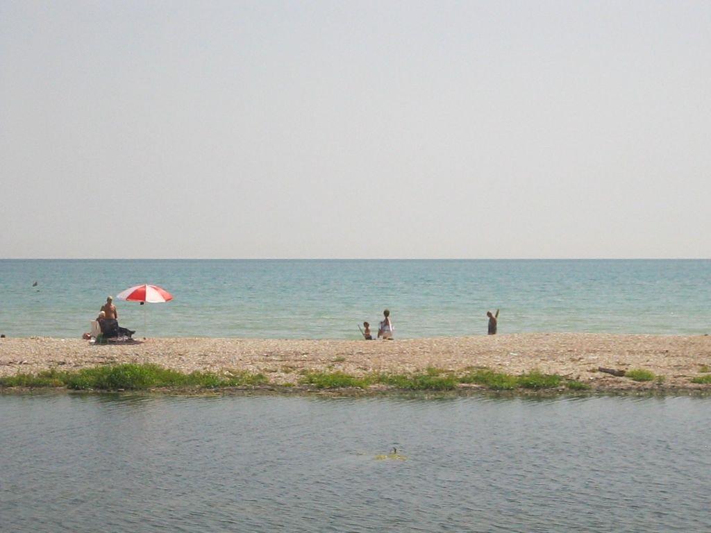 Il tratto di spiaggia alla foce del Chienti questa mattina
