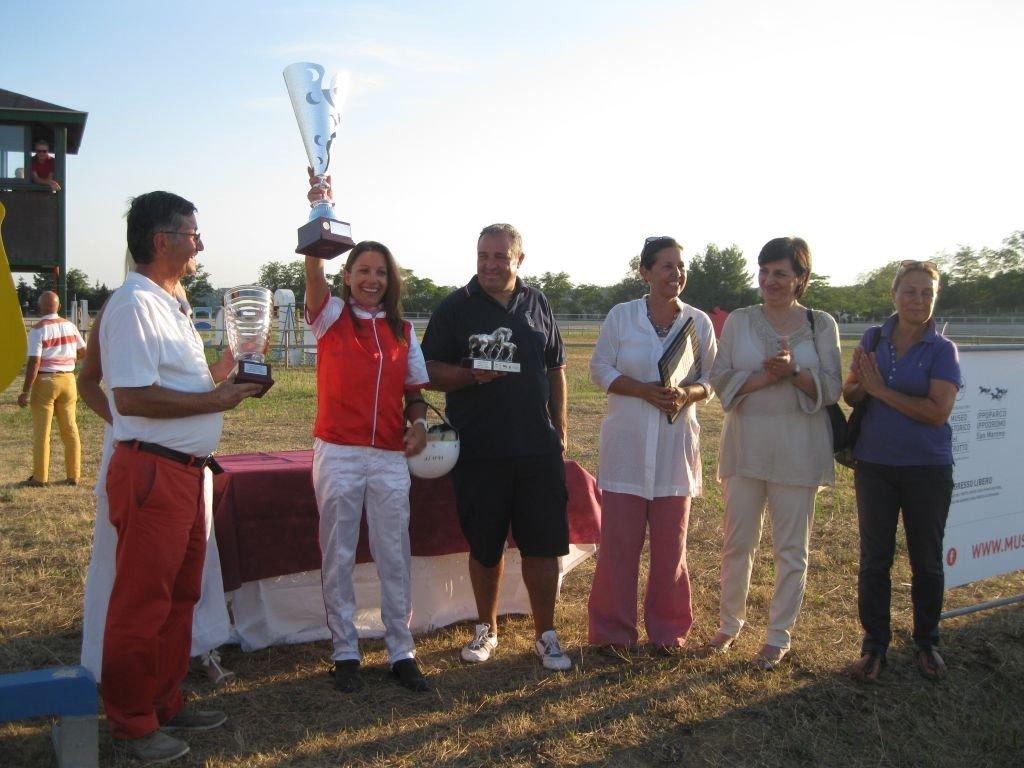 Jessica Pompa vincitrice lo scorso anno della corsa delle stelle assieme agli organizzatori e ad Alessandra Mori