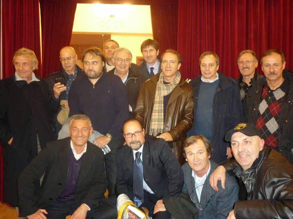 Roberto Sentimenti in una foto di gruppo con ex giocatori biancorossi
