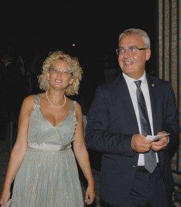Il sindaco Romano Carancini insieme alla moglie Betty Torresi durante una serata allo Sferisterio