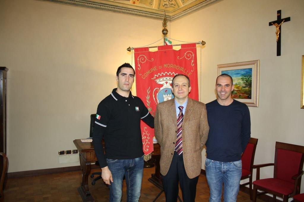 Il presidente dell'associazione insieme al sindaco Montemarani e all'assessore