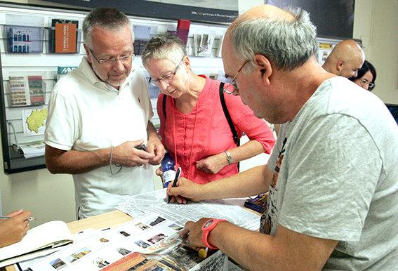 Hans e Corrie dall'Olanda chiedono informazioni allo Iat