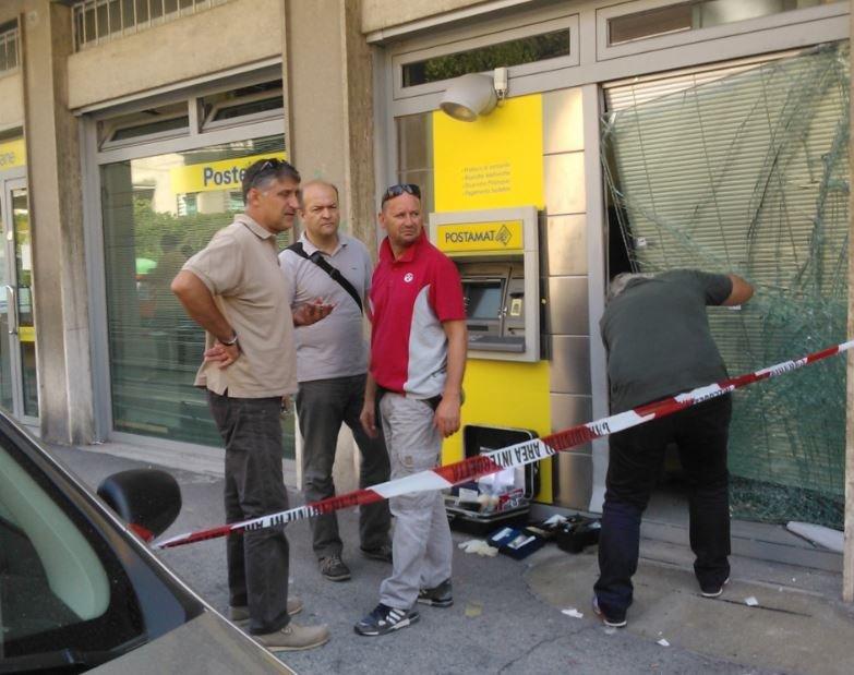 Gli uomini del Reparto operativo di Macerata durante i rilievi all'ufficio postale