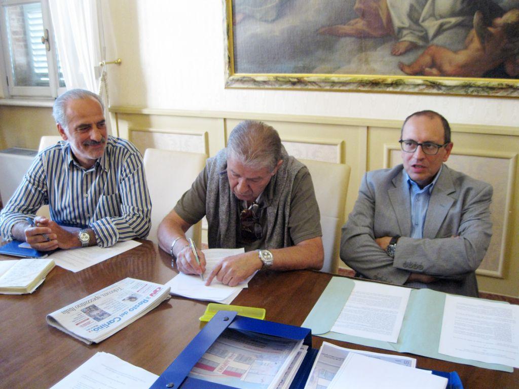 Il vicesindaco Silenzi e il sindaco Corvatta con patron della Lube Luciano Sileoni durante la firma dell'accordo con il Comune di Civitanova