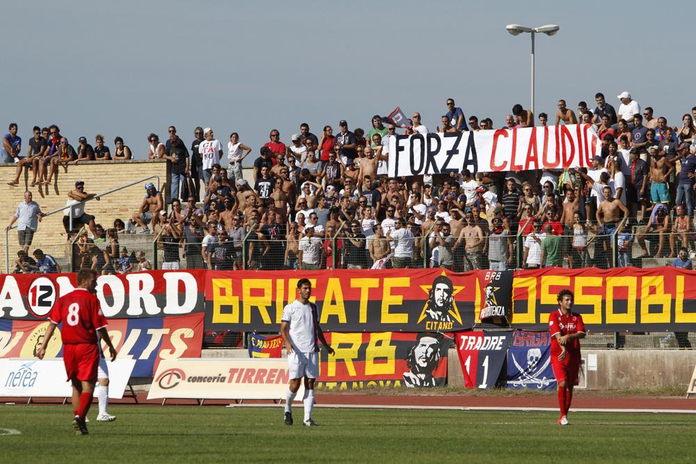 Lo striscione dei tifosi della Civitanovese riferito a Claudio Curletta, il 28enne tecnico dell'Enel rimasto vittima di un grave incidente sul lavoro
