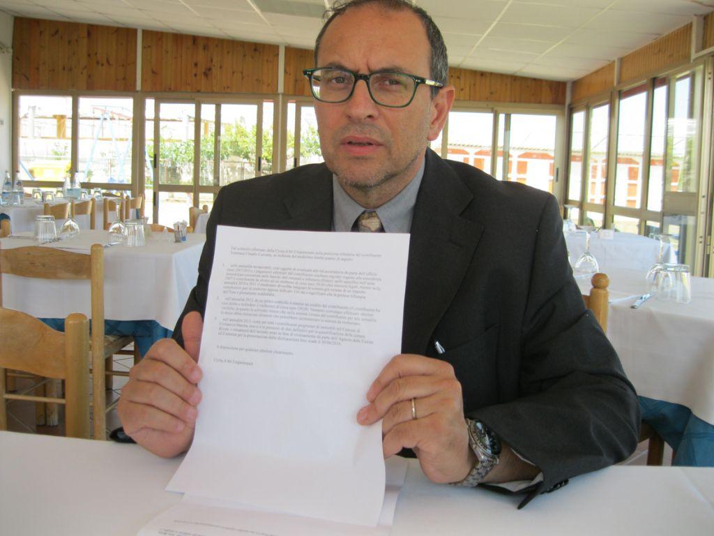 Il sindaco Corvatta mostra la mail di risposta della Civita.S in merito all'Imu
