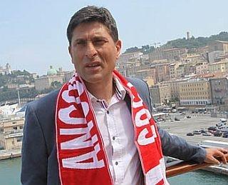 Massimiliano Favo con la sciarpa dell'Ancona