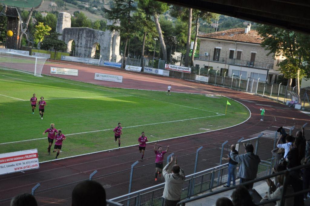 Bernabei festeggia dopo il gol alla Monturanese