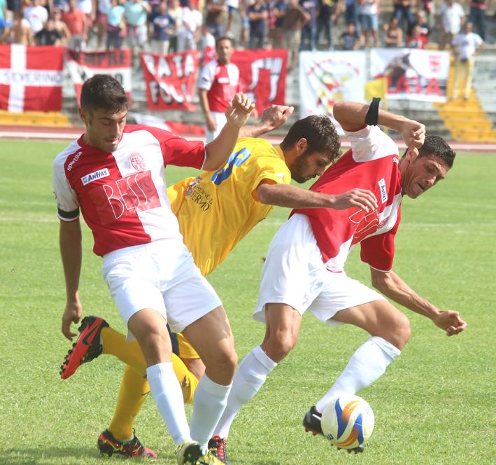Una fase di gioco del derby tra Maceratese e Fermana