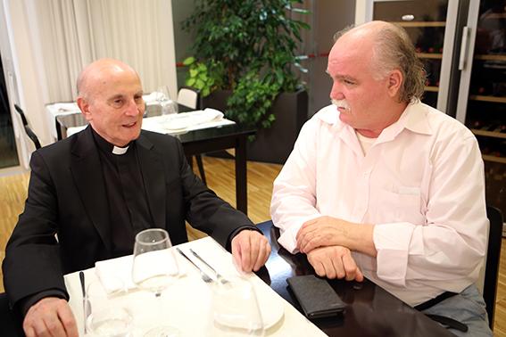 Padre Moretti con il proprietario del Cosmopolitan, Giuseppe Giustozzi