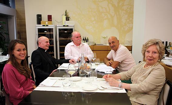 Padre Moretti a cena al Cosmopolitan di Civitanova