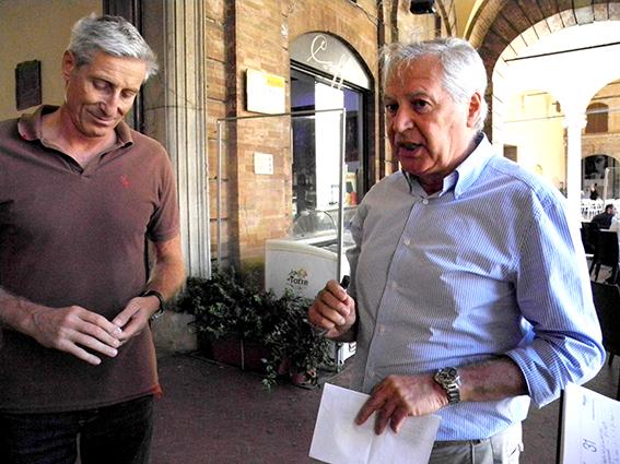 Stefano Recine e Albino Massaccesi annunciano la conferenza stampa di replica fuori dal palazzo comunale