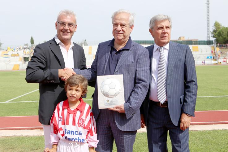 L'avvocato Giancarlo Nascimbeni, storico dirigente biancorosso, premiato dal sindaco Romano Carancini