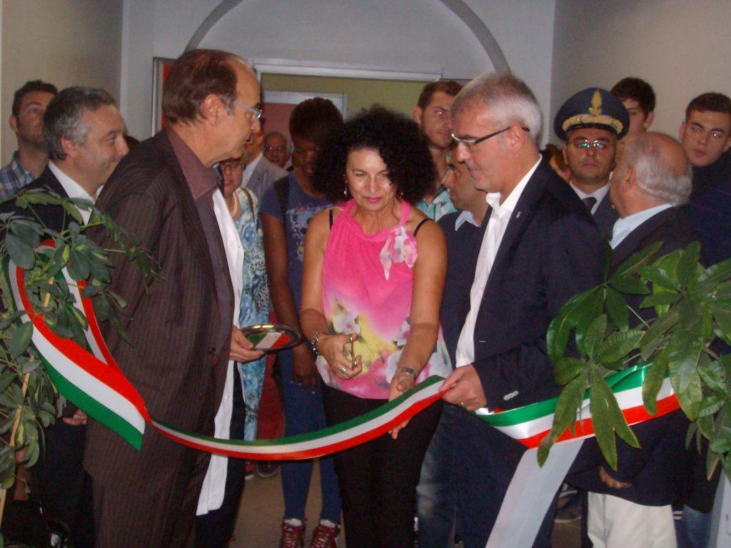 Il taglio del nastro da parte della direttrice didattica Mirella Paglialuna. Al suo fianco il direttore generale Asur Piero Ciccarelli e il sindaco di Macerata Romano Carancini.