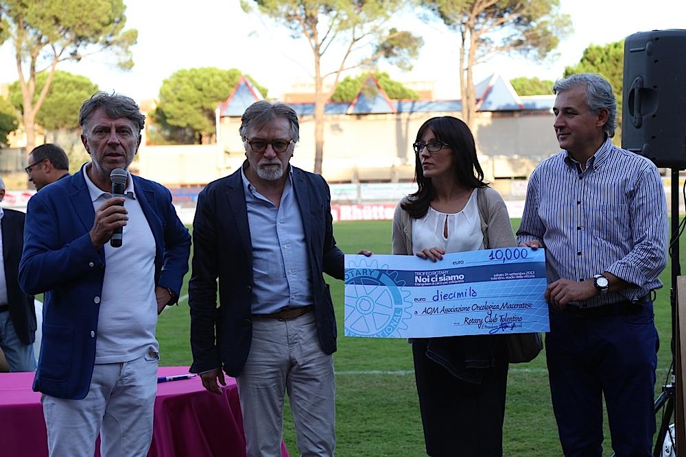 L'assegno consegno al dottor Luciano Latini per l'Associazione Oncologica Maceratese