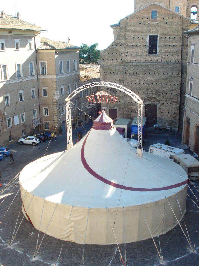 Lo chapiteau allestito in piazza della Libertà