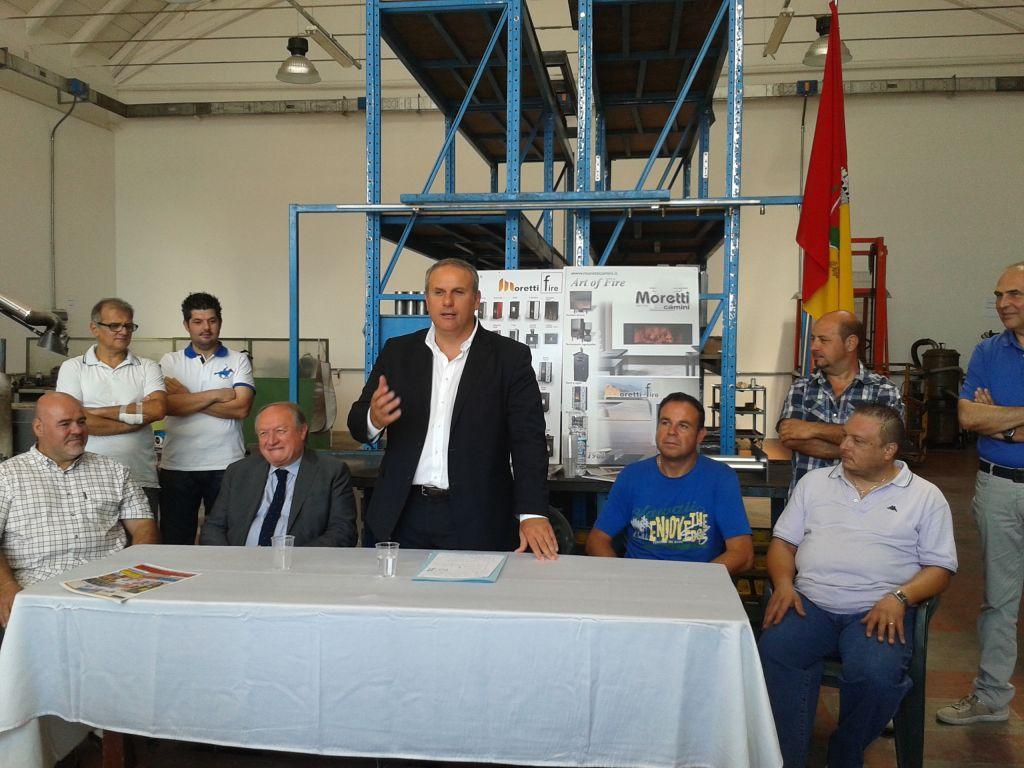 Il sindaco Stefano Cardinali insieme con l'assessore regionale Luchetti e Maurizio Moretti (primo a sinistra) presidente della Cooperativa Risorgimento