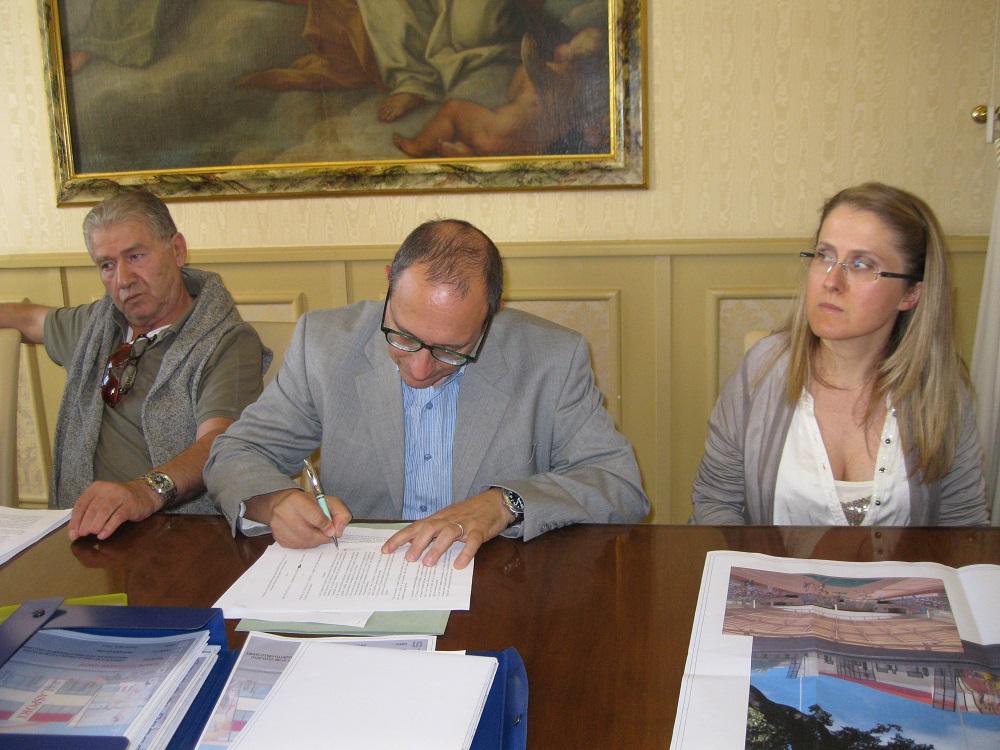 Il sindaco Tommaso Corvatta firma l'accordo con la Lube