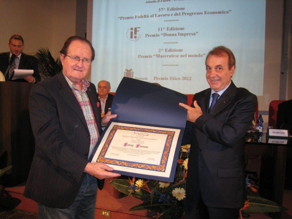 Mario Volpini (vice presidente Camera di Commercio) ha consegnato il premio a nome della Camera di Commercio di Macerata
