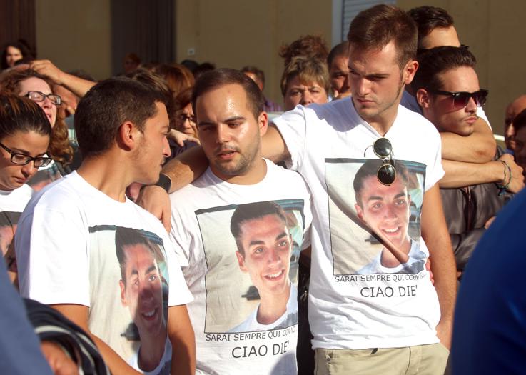 Gli amici indossano la t-shirt con una foto di Diego durante il funerale celebrato mercoledì a Loro Piceno