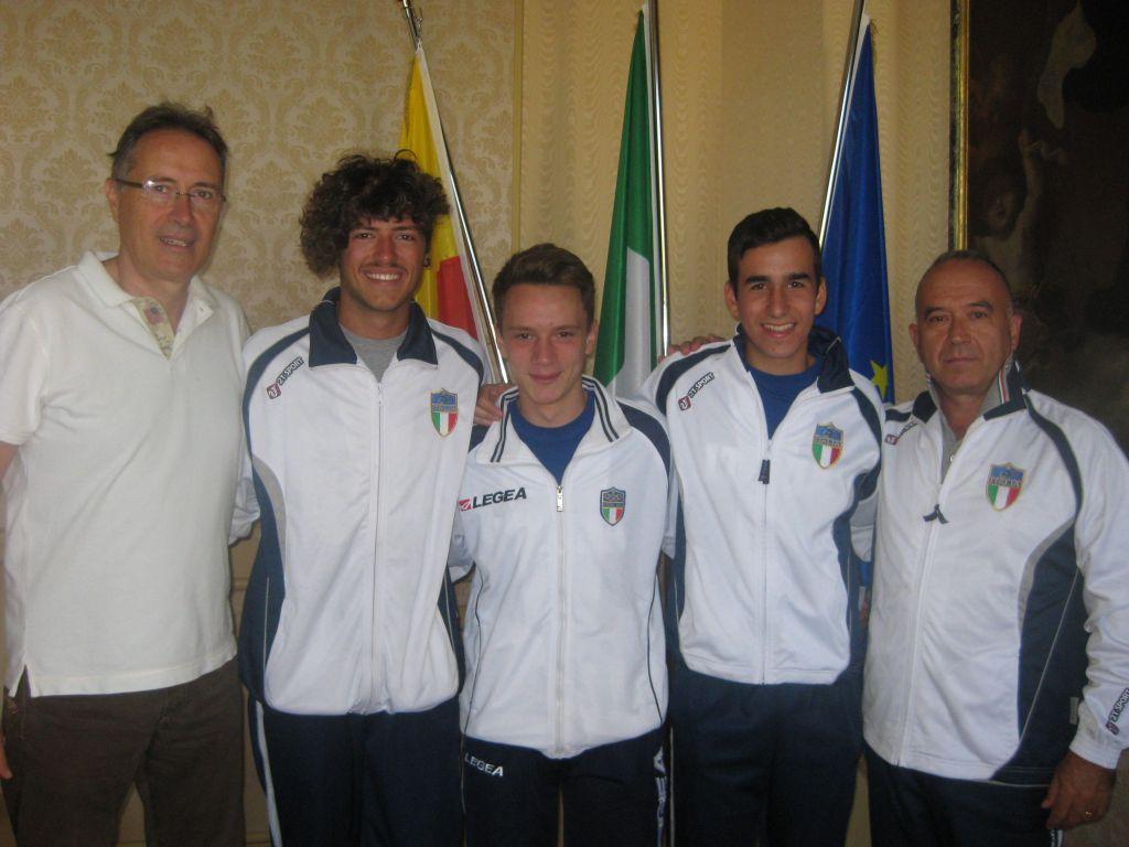 L'assessore allo Sport Piergiorgio Balboni con gli atleti Giorgio Rossini, Daniele Bruni, Francesco Belletti accompagnati dal maestro Umberto Tocchetto