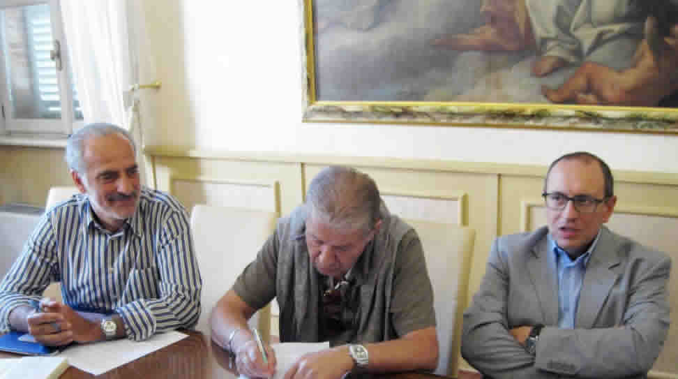 Il patron della Lube Luciano Sileoni firma l'accordo