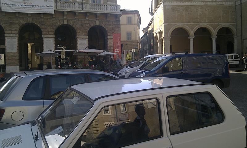 piazza con auto 2