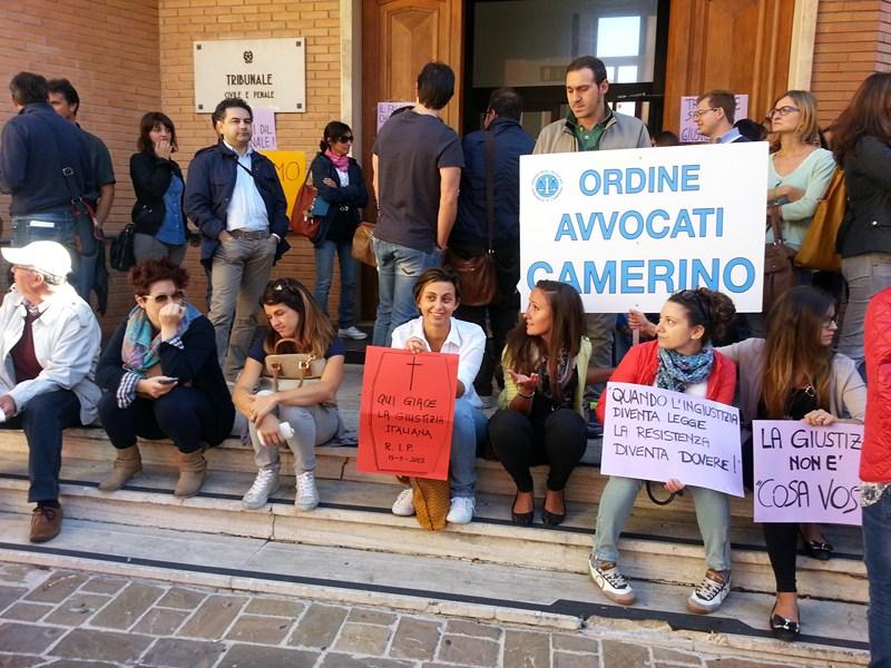protesta_tribunale_camerino-1