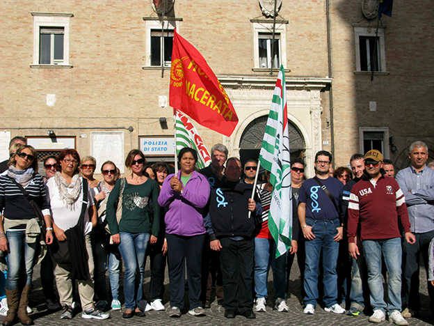 I lavoratori della Best davanti alla prefettura di Macerata